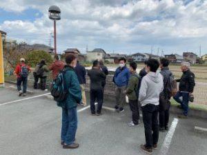 倉庫と化した橋脚跡を見学するメンバー
