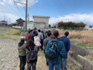 旧漕代駅を見学するメンバー