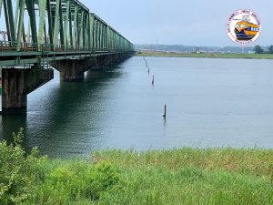 旧木曽川橋梁ケーソンとそれを示すポール