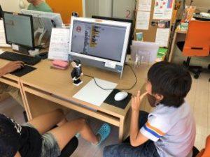 コミュニケーションロボットを制御する生徒さん